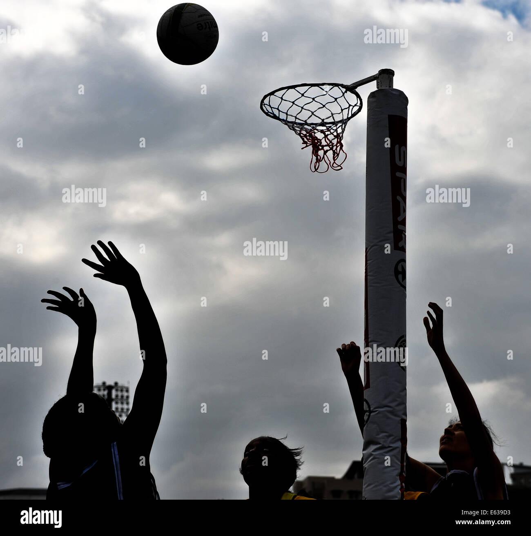Cape Town, Sud Africa. 13 Ago, 2014. I giocatori si stagliano contro il cielo grigio durante il Spar donna Netball Immagini Stock