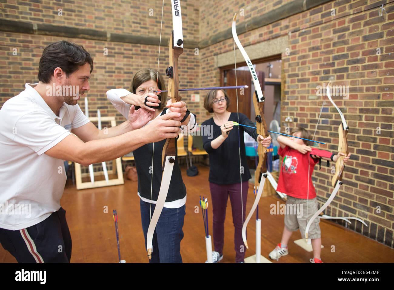 Piscina lezioni di tiro con l'arco a 'esperienza tiro con l'arco' in London, England, Regno Unito Foto Stock
