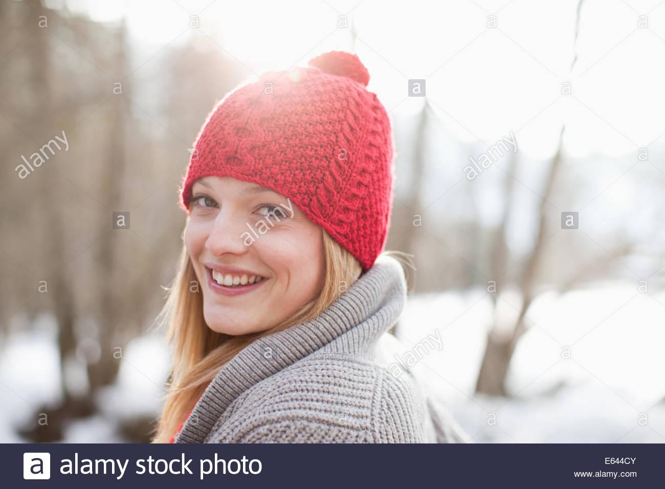 Close up ritratto di donna sorridente con maglia Red Hat Immagini Stock