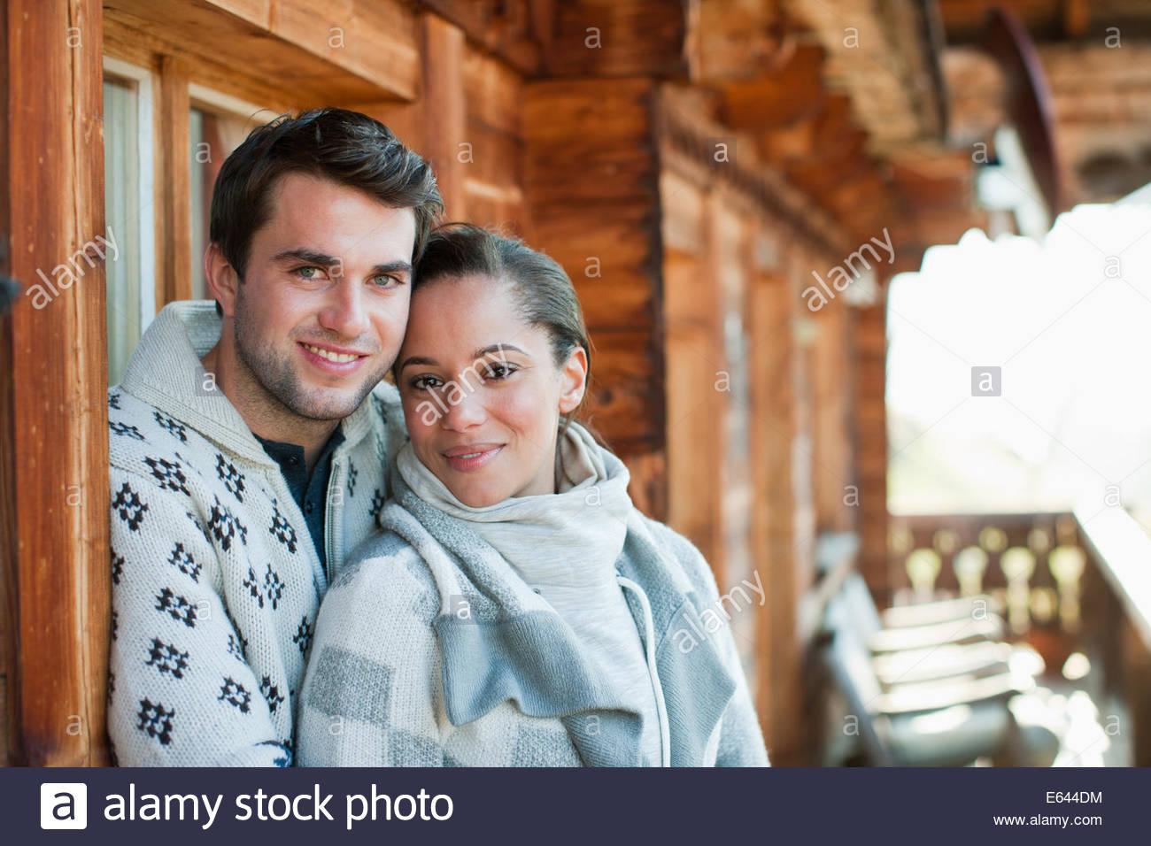 Ritratto di sorridente giovane costeggiata sul portico di cabina Immagini Stock