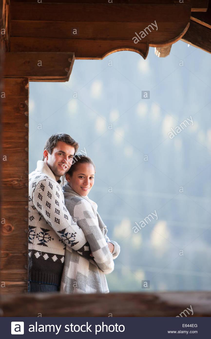 Giovane costeggiata e guardando a vista dal portico di cabina Immagini Stock
