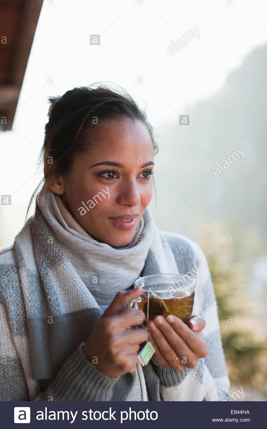 Ritratto di donna sorridente bere il tè Immagini Stock