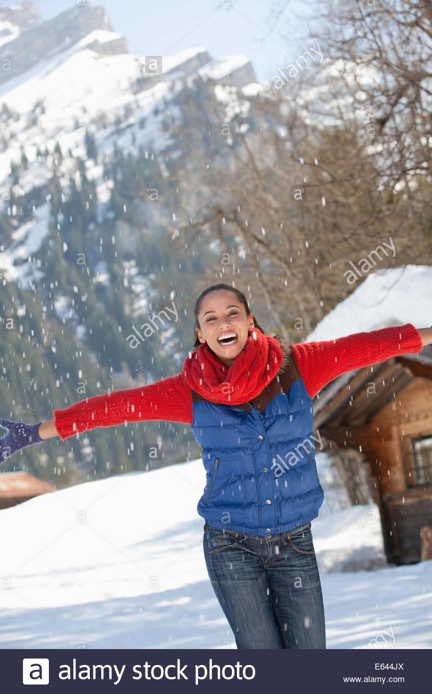 Donna felice gettando la neve Immagini Stock