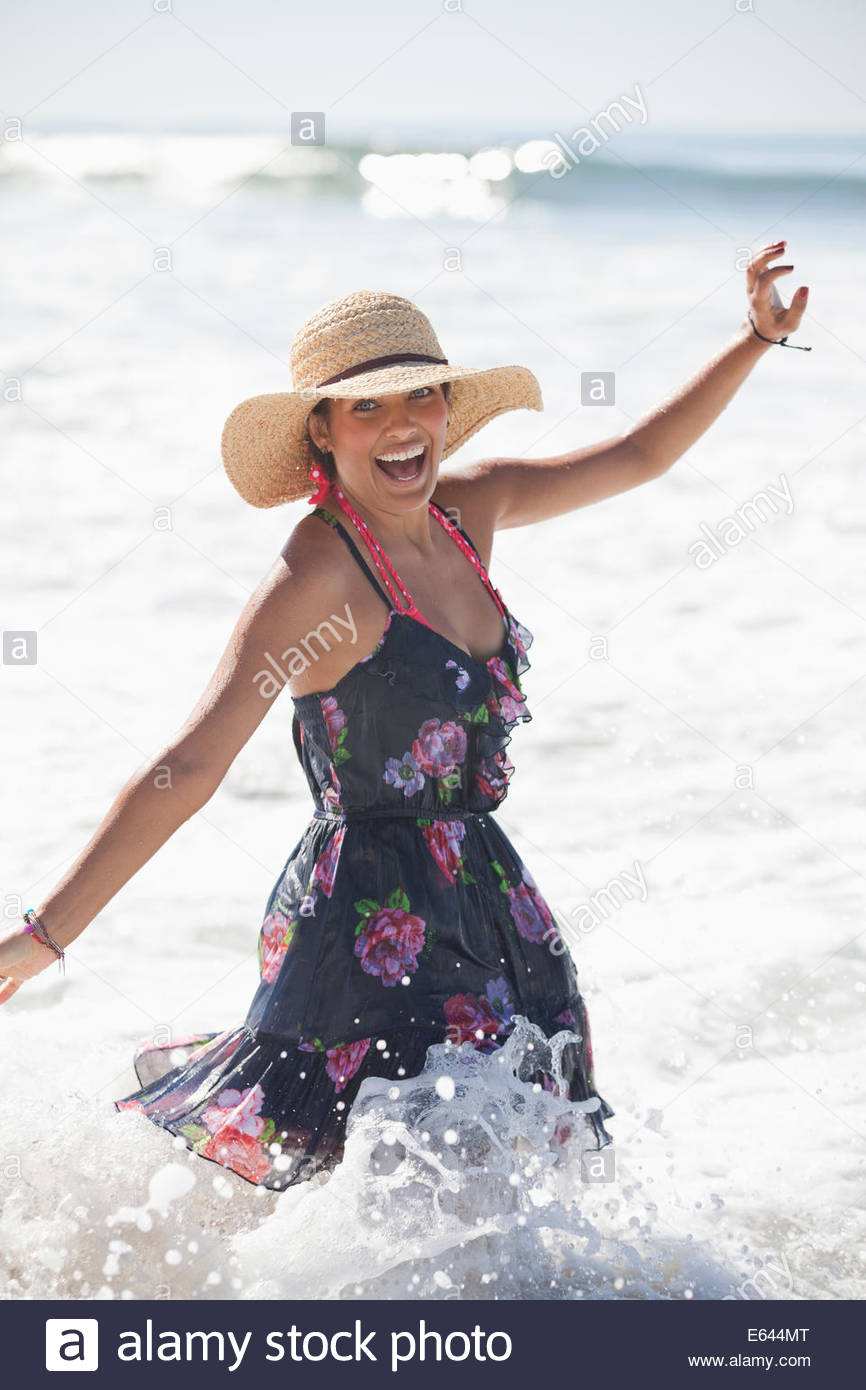Donna che gioca in surf Immagini Stock