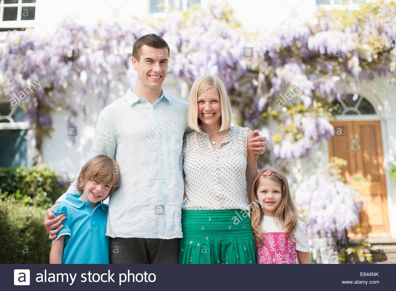 Famiglia insieme in piedi fuori casa Immagini Stock