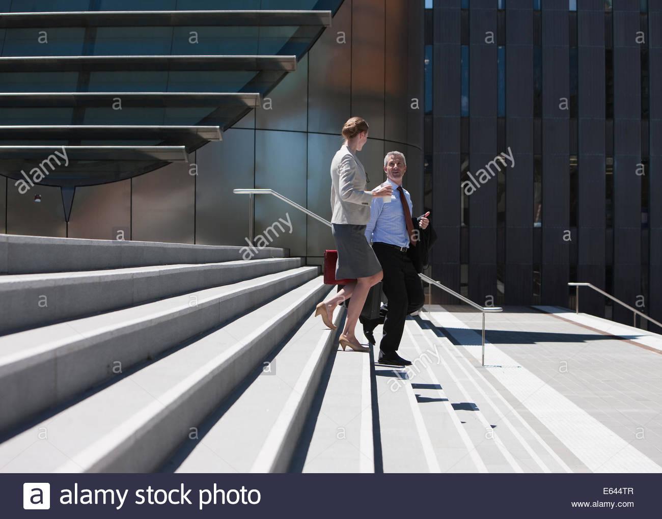 La gente di affari a piedi passi verso il basso Immagini Stock