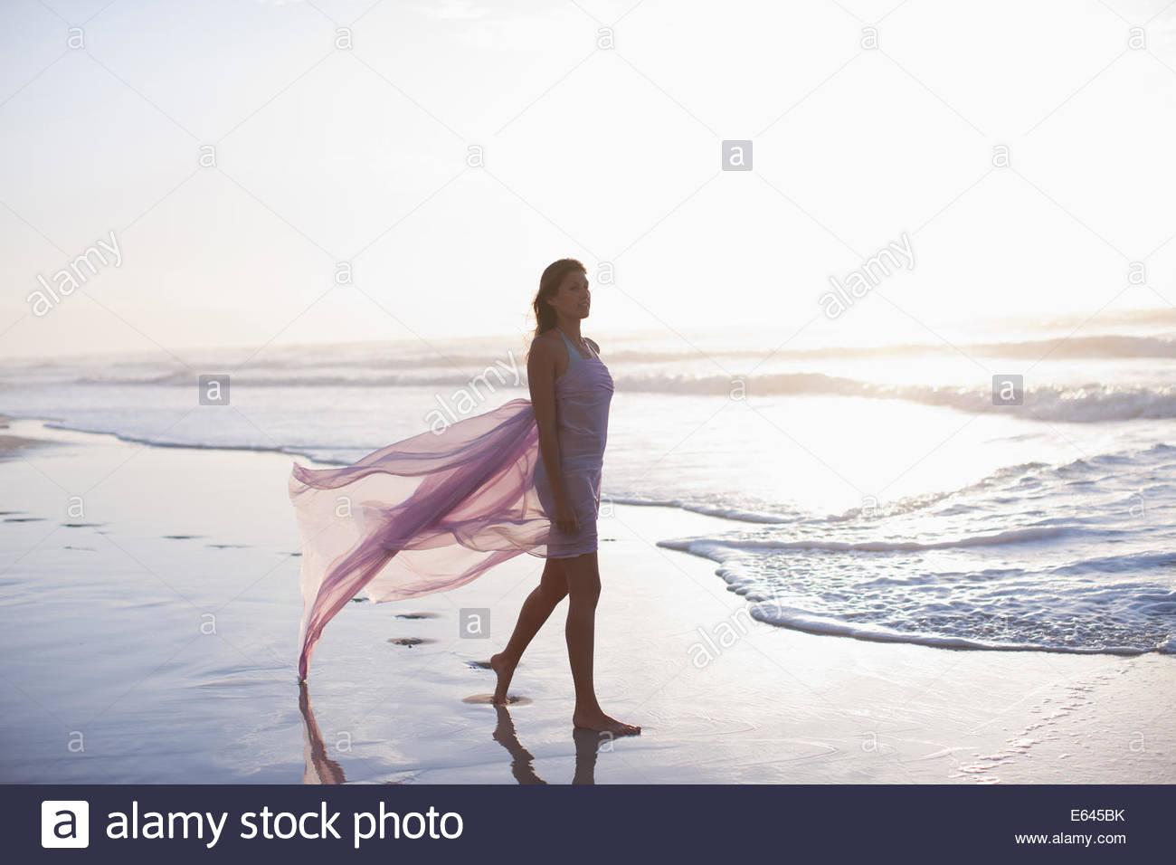 Donna che cammina sulla spiaggia Immagini Stock