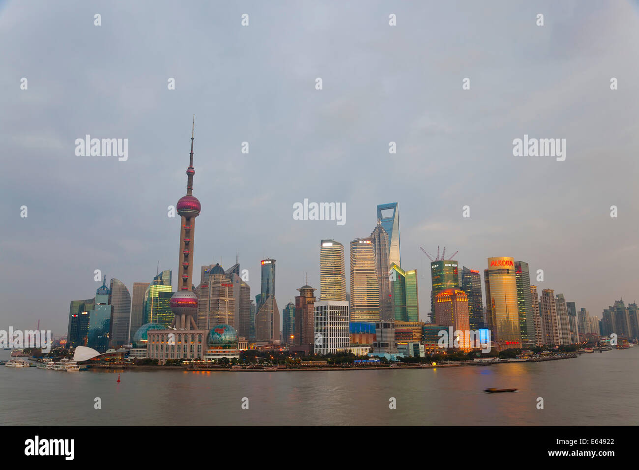 Chiatte e dello skyline di Pudong, Shanghai, Cina Immagini Stock