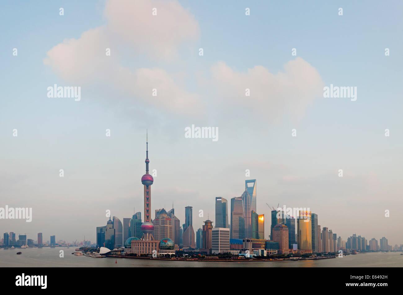 Lo skyline di Pudong & Fiume Huangpu, Shanghai, Cina Immagini Stock