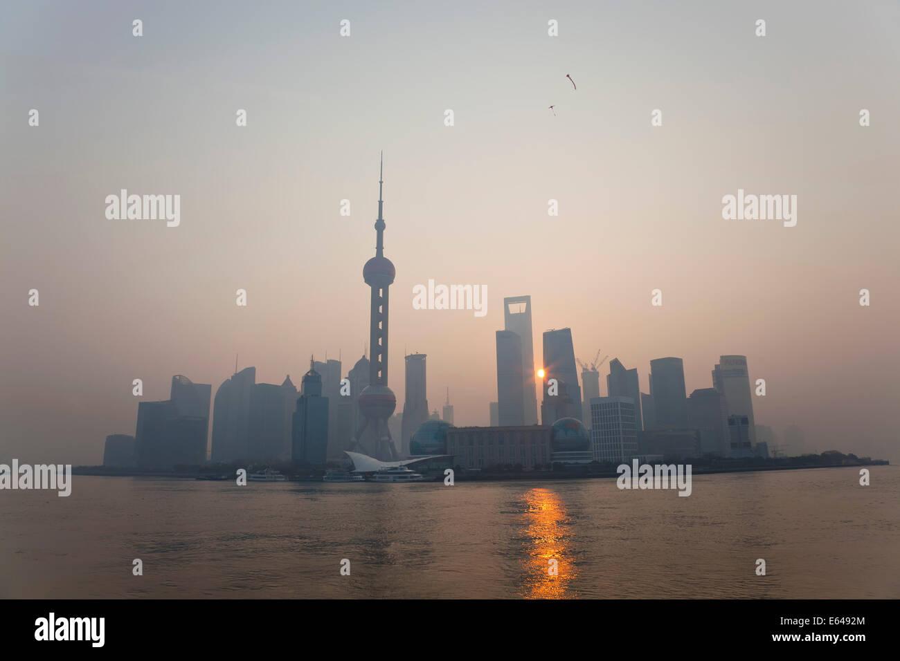 Sunrise oltre lo skyline di Pudong, Shanghai, Cina Immagini Stock