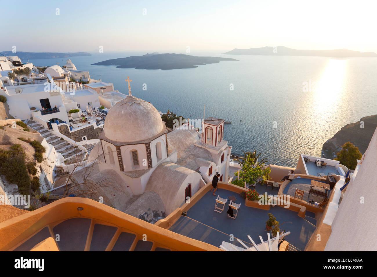 Chiesa & città di Fira al tramonto, Fira, Santorini (Thira), Cicladi Grecia Foto Stock
