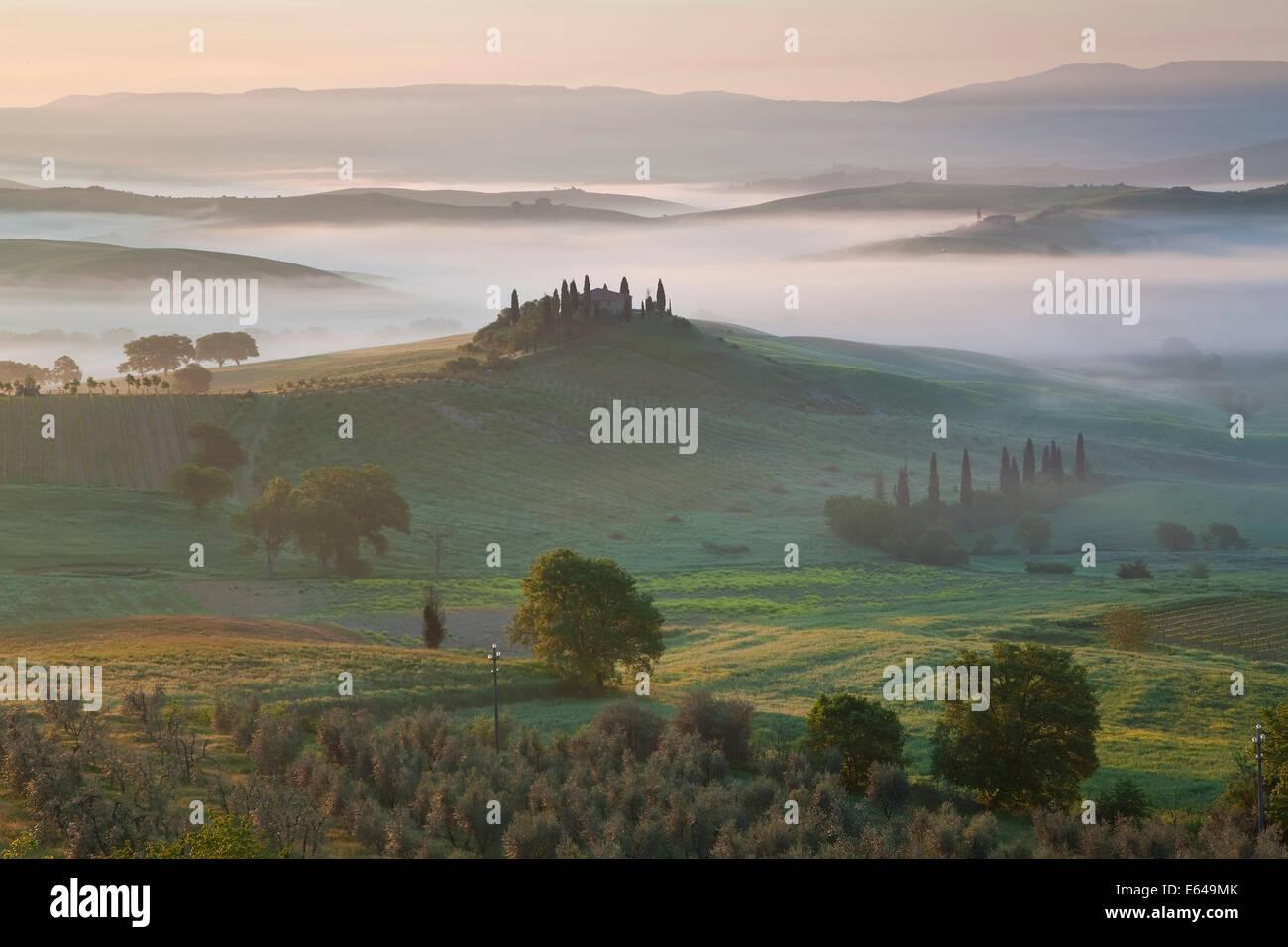 Agriturismo in valle, Val d'Orcia, Toscana, Italia Immagini Stock