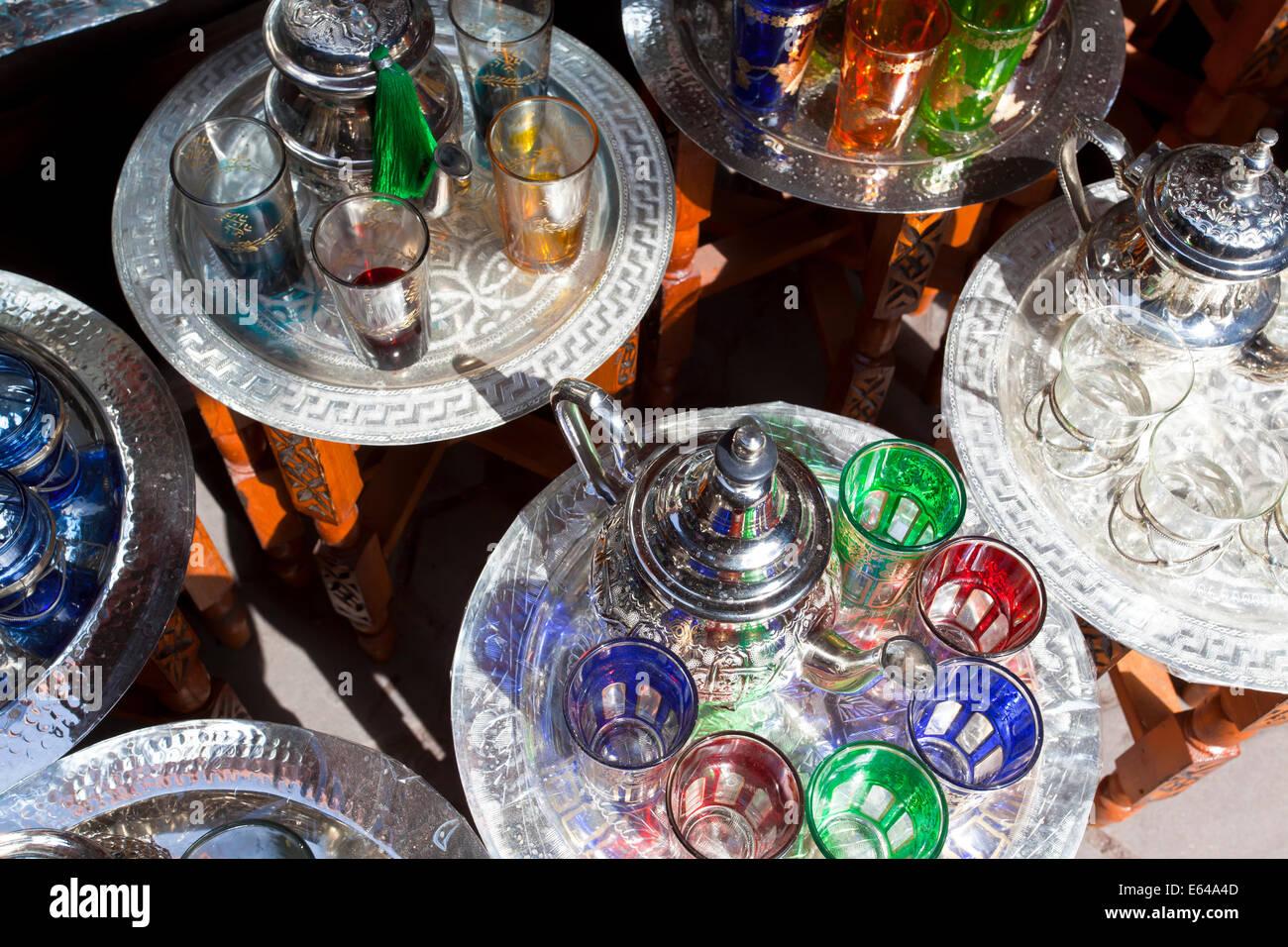 Pentole di tè alla menta & vetri, il Souk, Marrakech, Marocco Immagini Stock