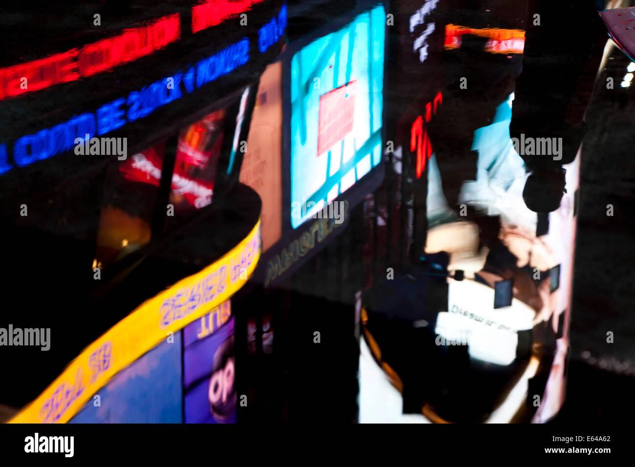 Riflessioni di neon in Times Square Manhattan, New York, Stati Uniti d'America Immagini Stock
