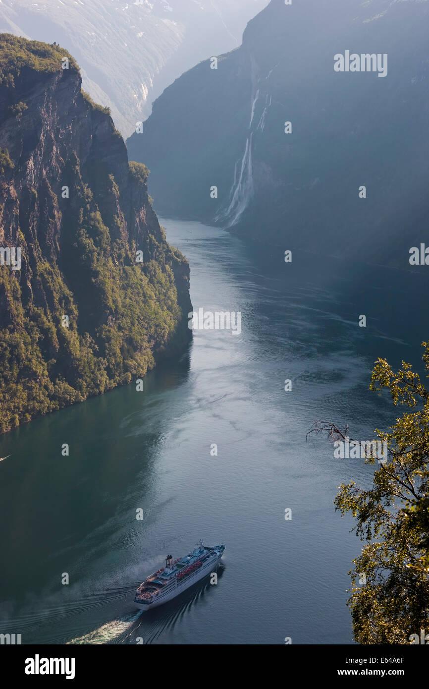 Navi da Crociera, il Geirangerfjord, Fiordi Occidentali, Norvegia Immagini Stock