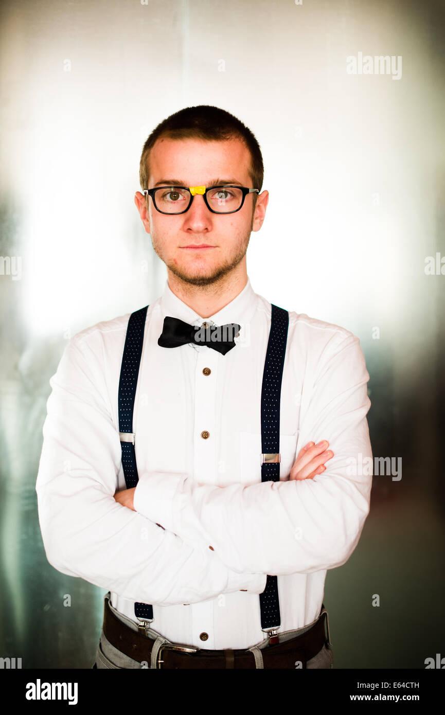 low priced 6d048 a8278 Un geek geeky giovane uomo vestito in stile anni '50 ...