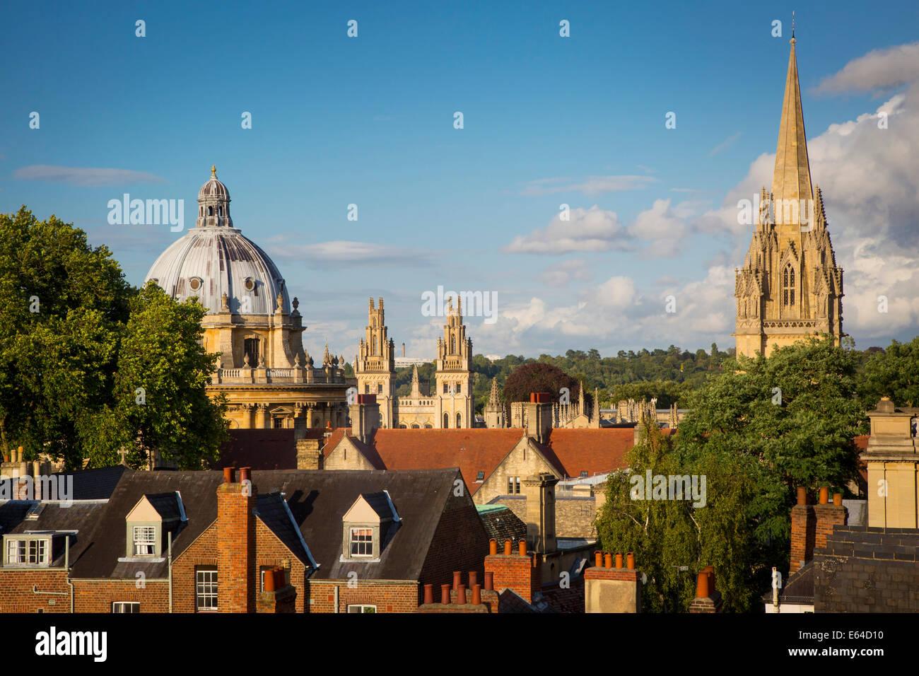 Vista su Oxford con la Radcliffe Camera, tutte le anime College e la torre della chiesa di Santa Maria, Oxfordshire, Immagini Stock