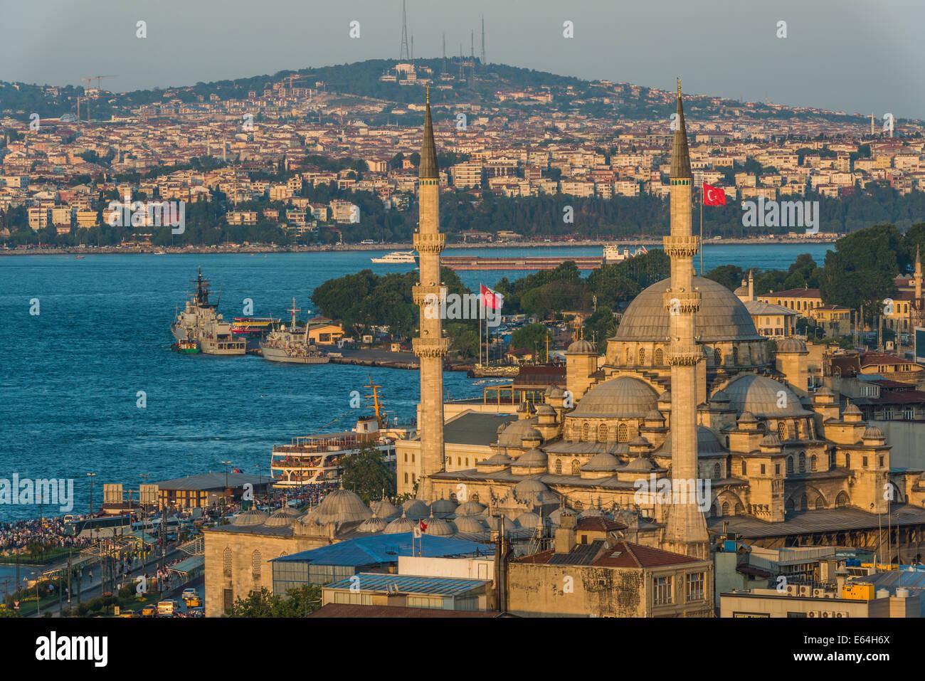La nuova moschea (Yeni Cami) tra il paesaggio urbano di Istanbul in prima serata. Immagini Stock