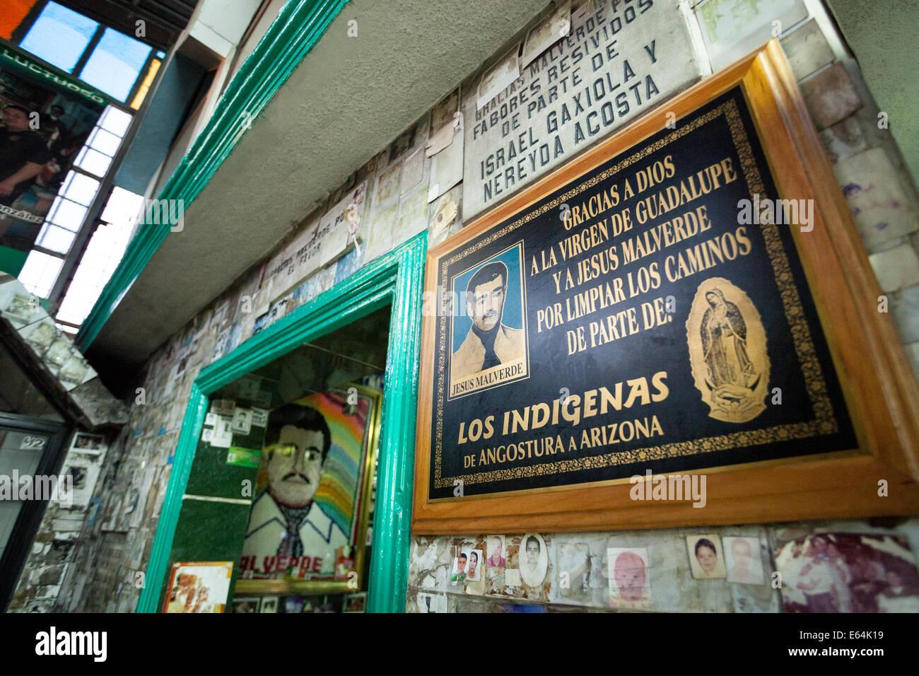 Una placca di ringraziamento a Gesù malverde presso un santuario dedicato a malverde, patrono del traffico Immagini Stock