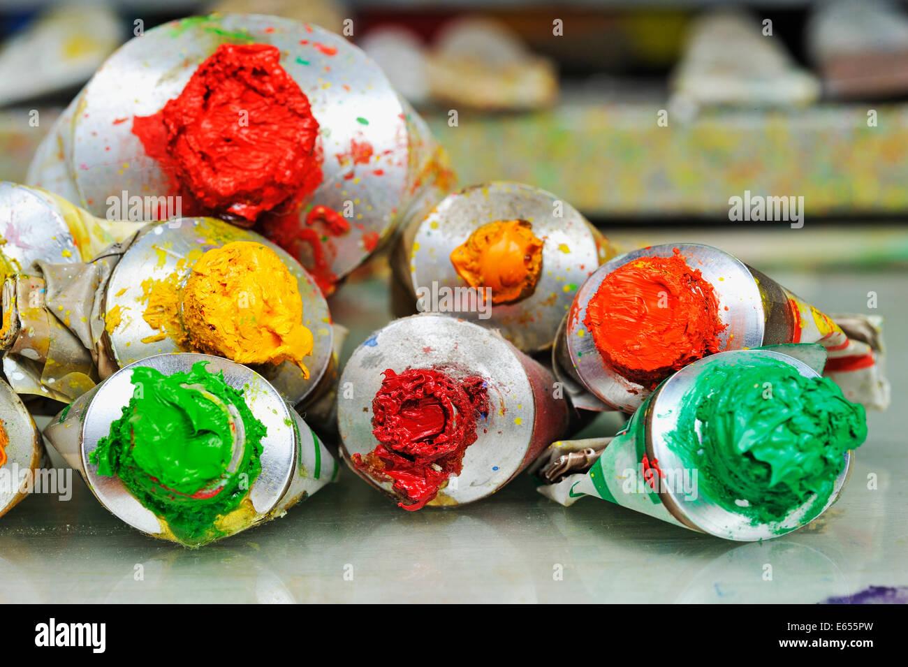 Tubi di vernice, al pittore's studio workshop - colori Immagini Stock