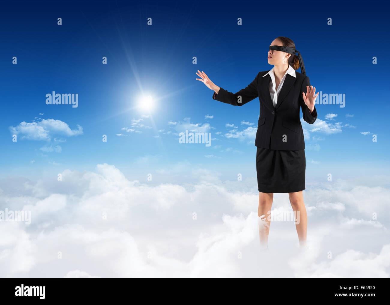 Immagine composita di occhi bendati imprenditrice con mani Immagini Stock