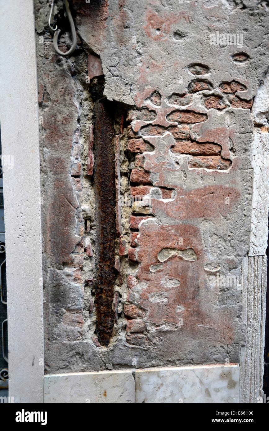 Italia Venezia Santa Croce antico muro che mostra mattoni gesso Immagini Stock
