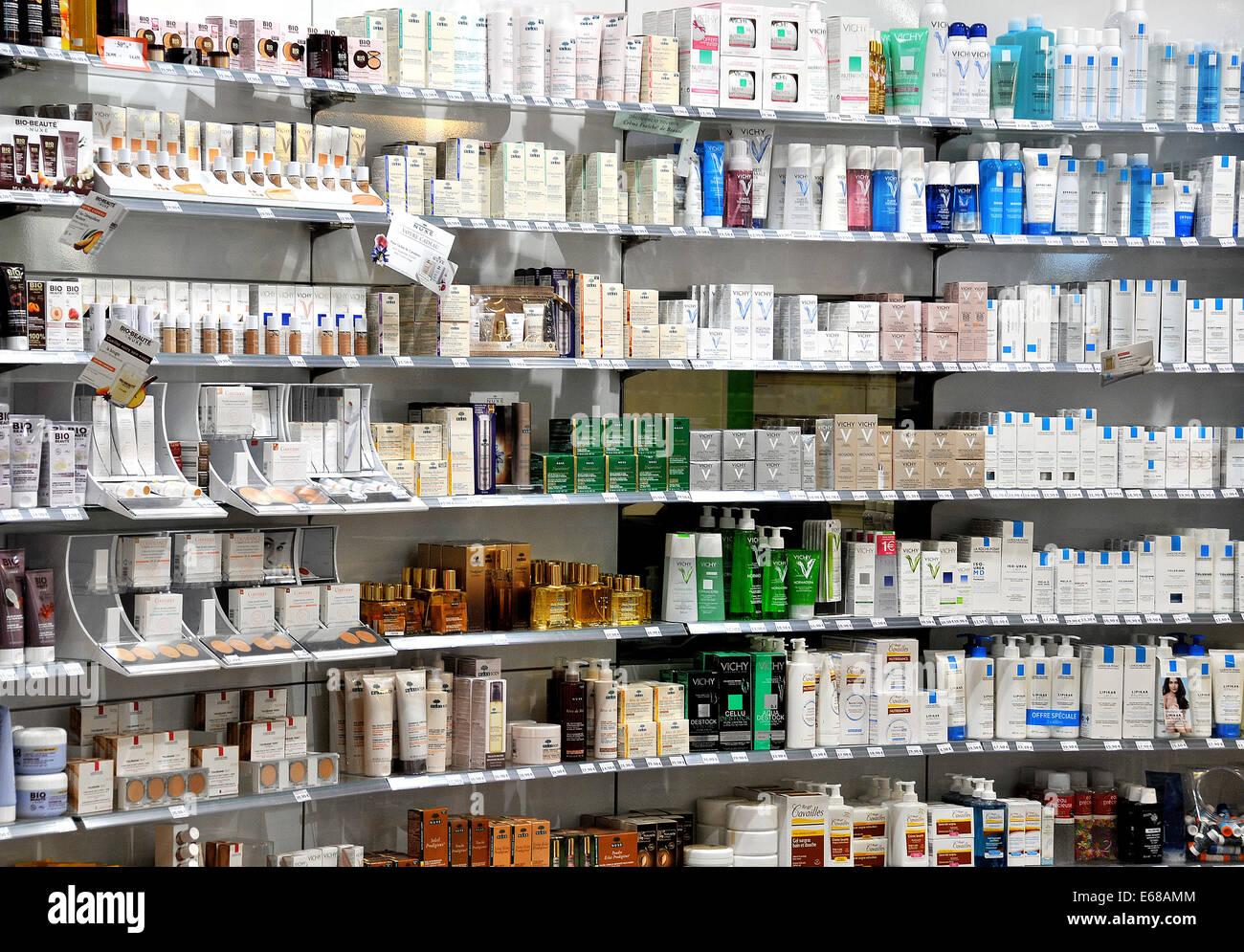 Prodotti di bellezza farmacia Satolas Francia Immagini Stock