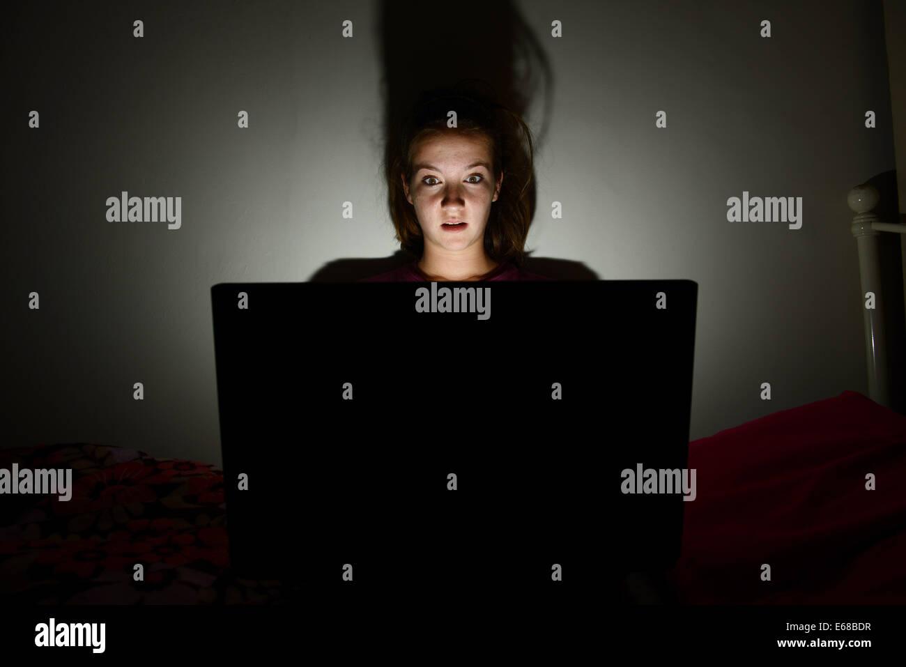 Stanza Da Letto Ragazza : Computer portatile utilizzato da un bambino nella sua camera da