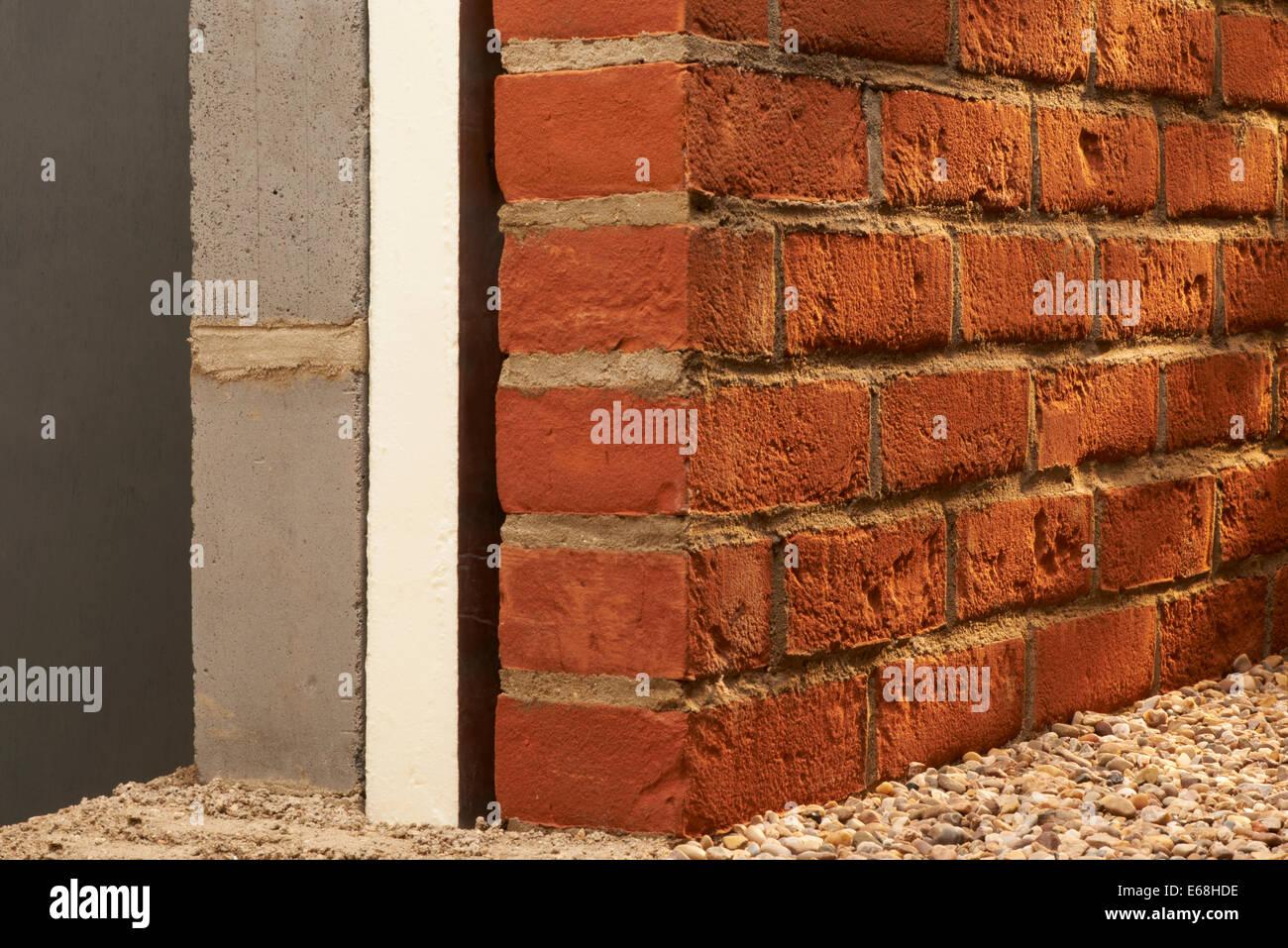 Muro di mattoni con isolamento, Sezione trasversale Immagini Stock