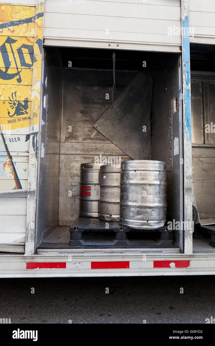 Corona barili di birra in furgone per consegne - USA Immagini Stock