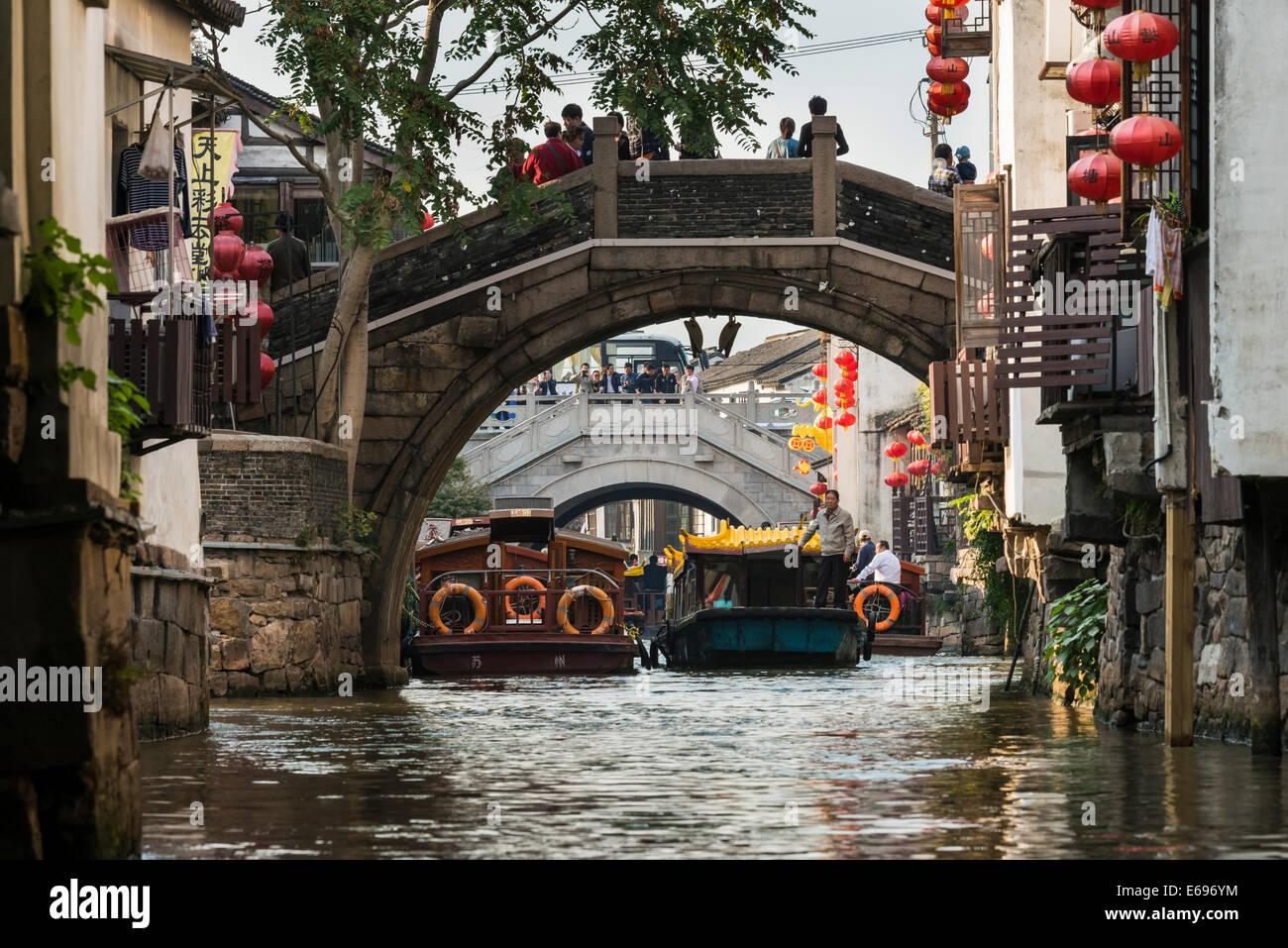 Ponte su una via navigabile con barche, Suzhou, Cina Immagini Stock