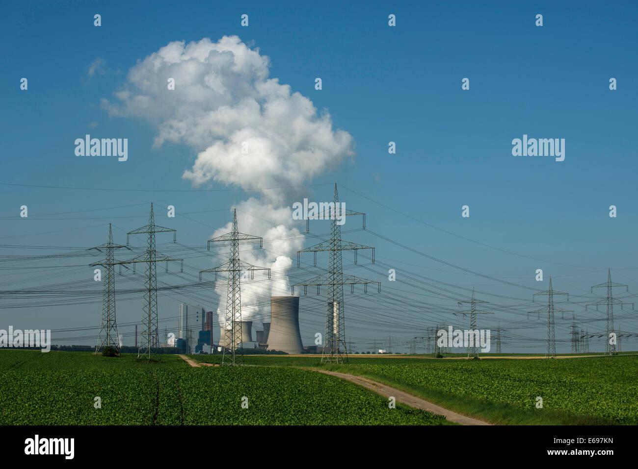 Centrale elettrica a lignite, con terreni arabili nella parte anteriore, le linee di potenza di taglio attraverso Immagini Stock
