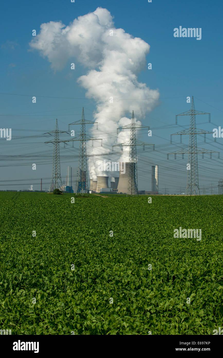 Le linee elettriche ad alta tensione nella parte anteriore della lignite power plant di Bergheim-Niederaußem, Immagini Stock