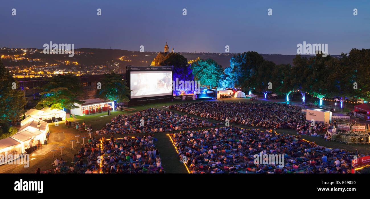 Cinema all'aperto nel cortile del castello, Esslingen am Neckar, Baden-Württemberg, Germania Immagini Stock