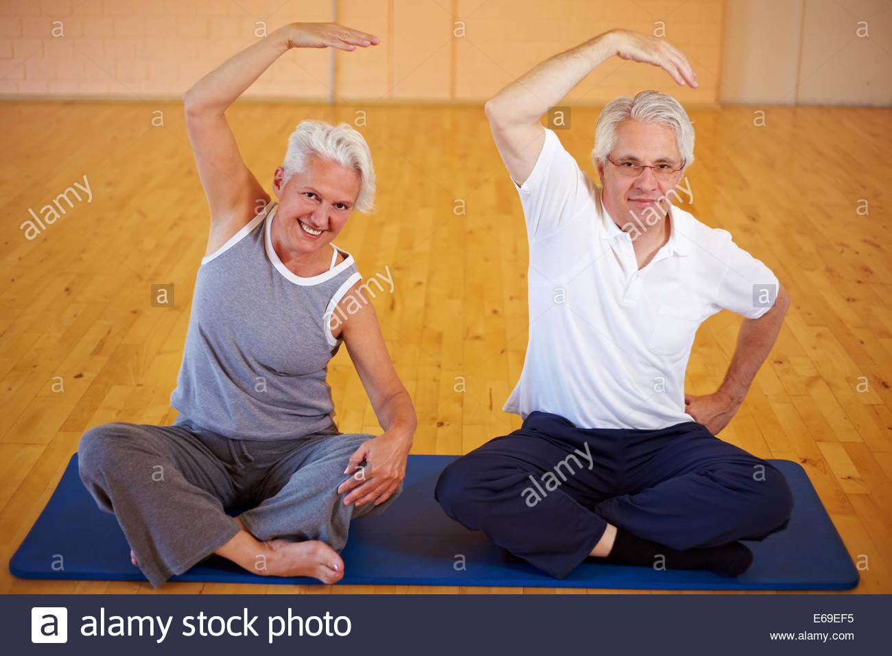 Active seniors, ginnastica, stretching Immagini Stock