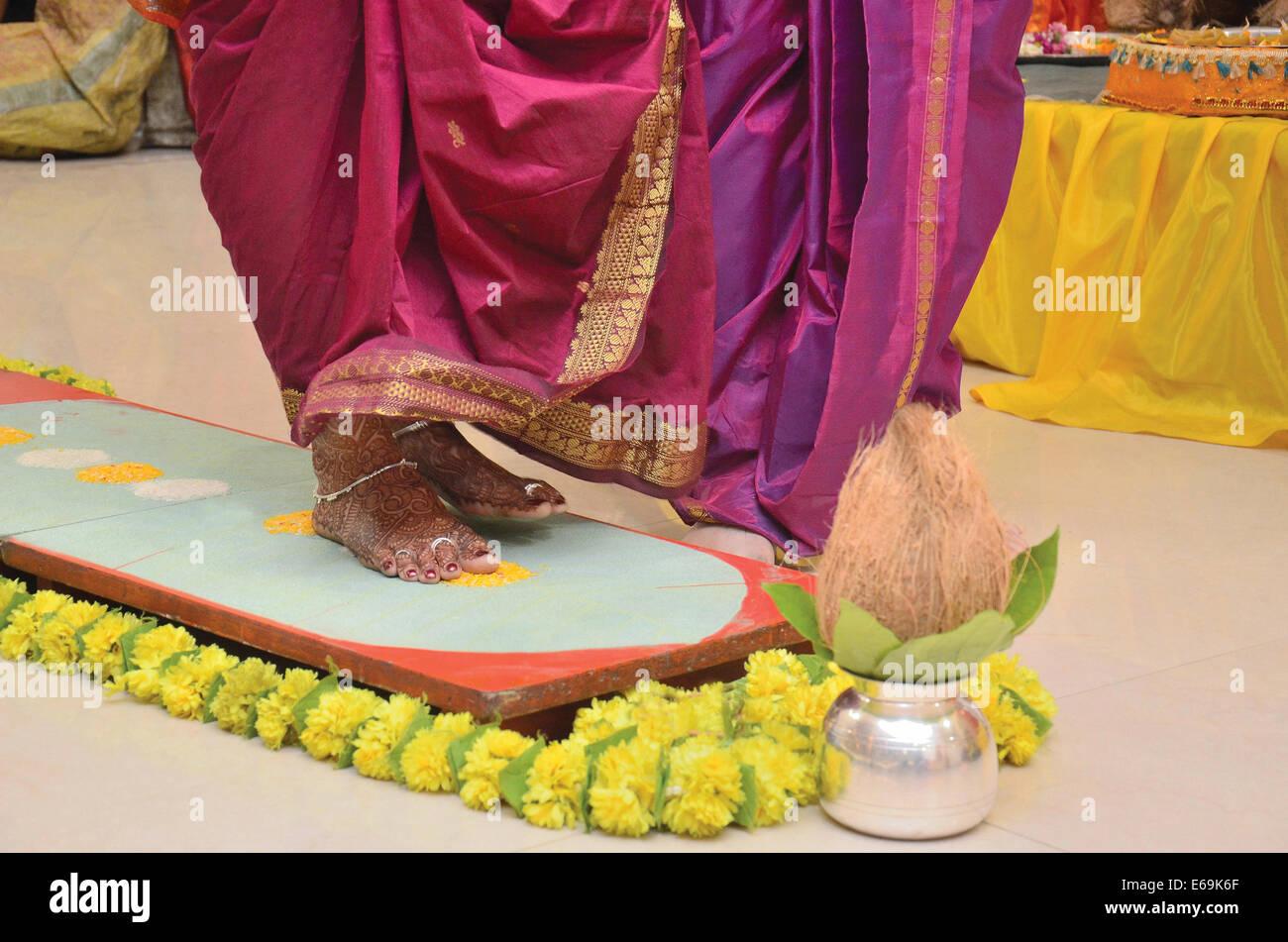 Il Saptapadi o sette passaggi, la più importante del rituale Indù Vedico rituale di nozze. Pune, Maharashtra Immagini Stock