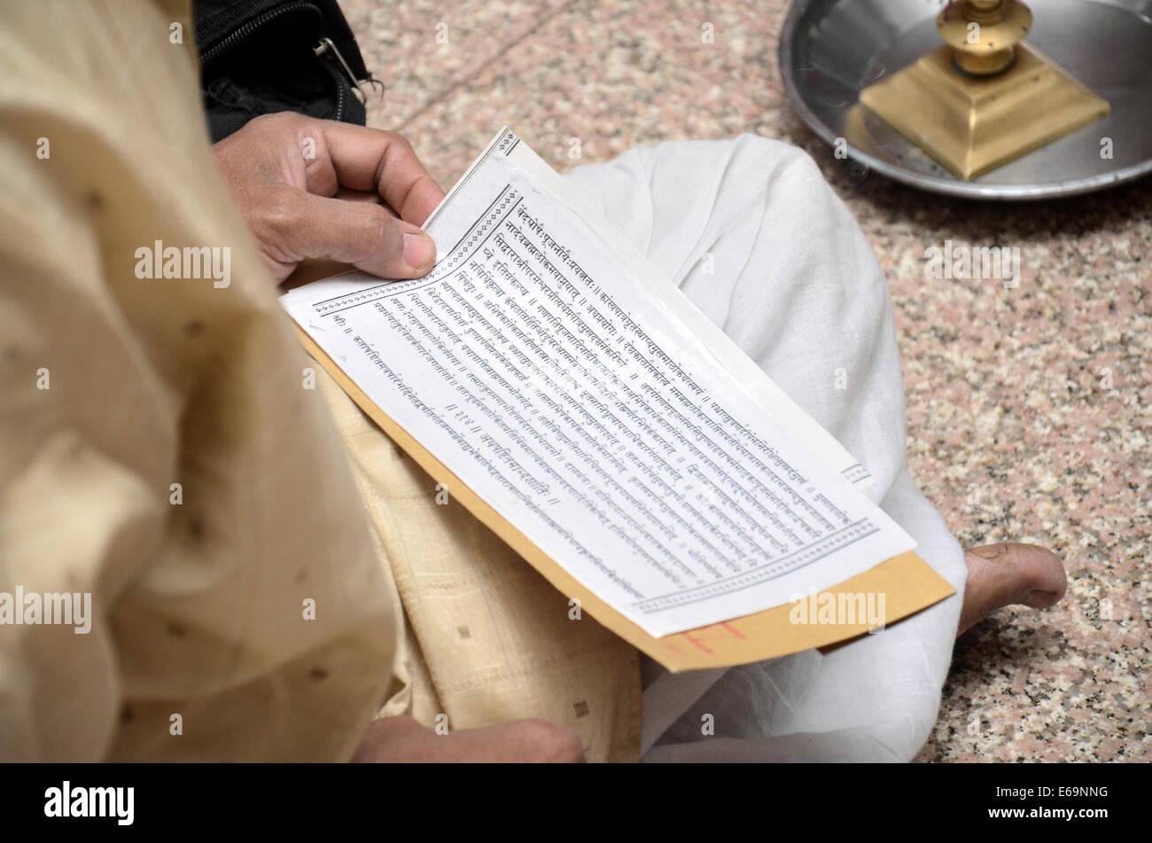 Un pandit lettura santa mantra sanscrito durante il matrimonio induista. Pune, Maharashtra Immagini Stock