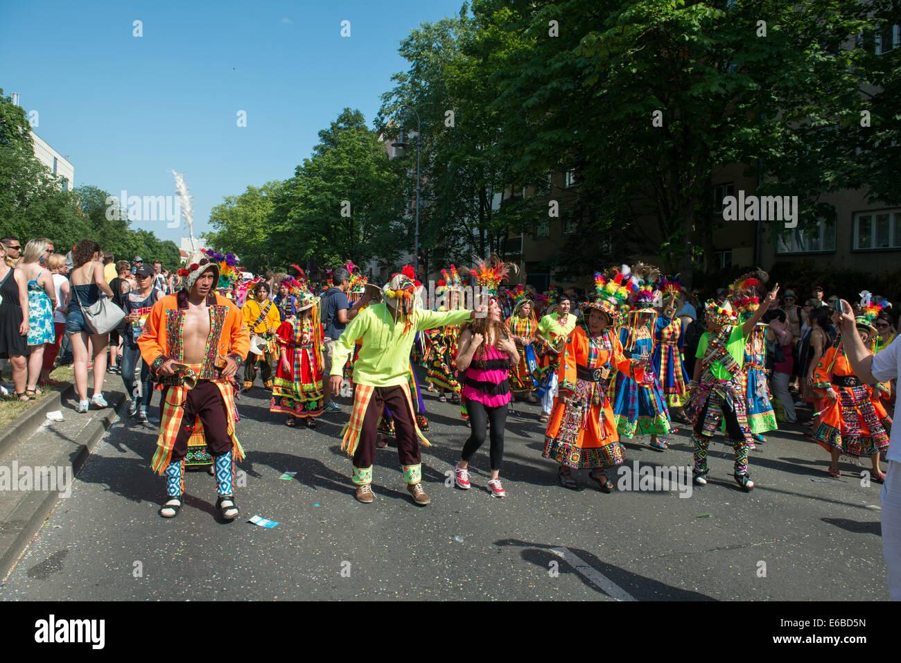 I partecipanti al Karneval der Kulturen (il Carnevale delle culture), uno dei principali festival urbano di Berlino Immagini Stock