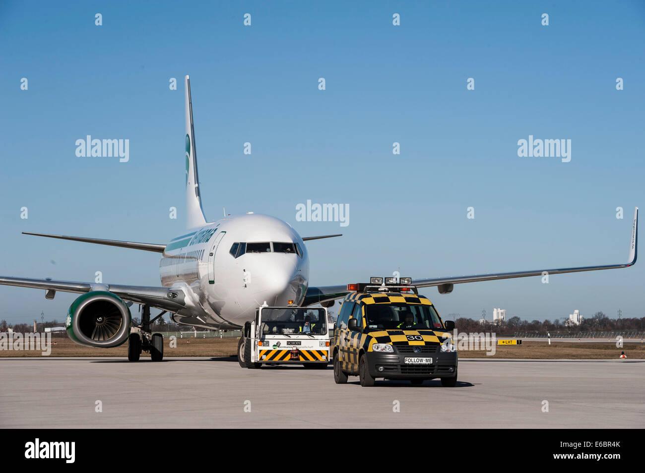 Aeromobili con un follow-me auto, dall'aeroporto Berlin Brandenburg International BBI, Berlino, Germania Immagini Stock