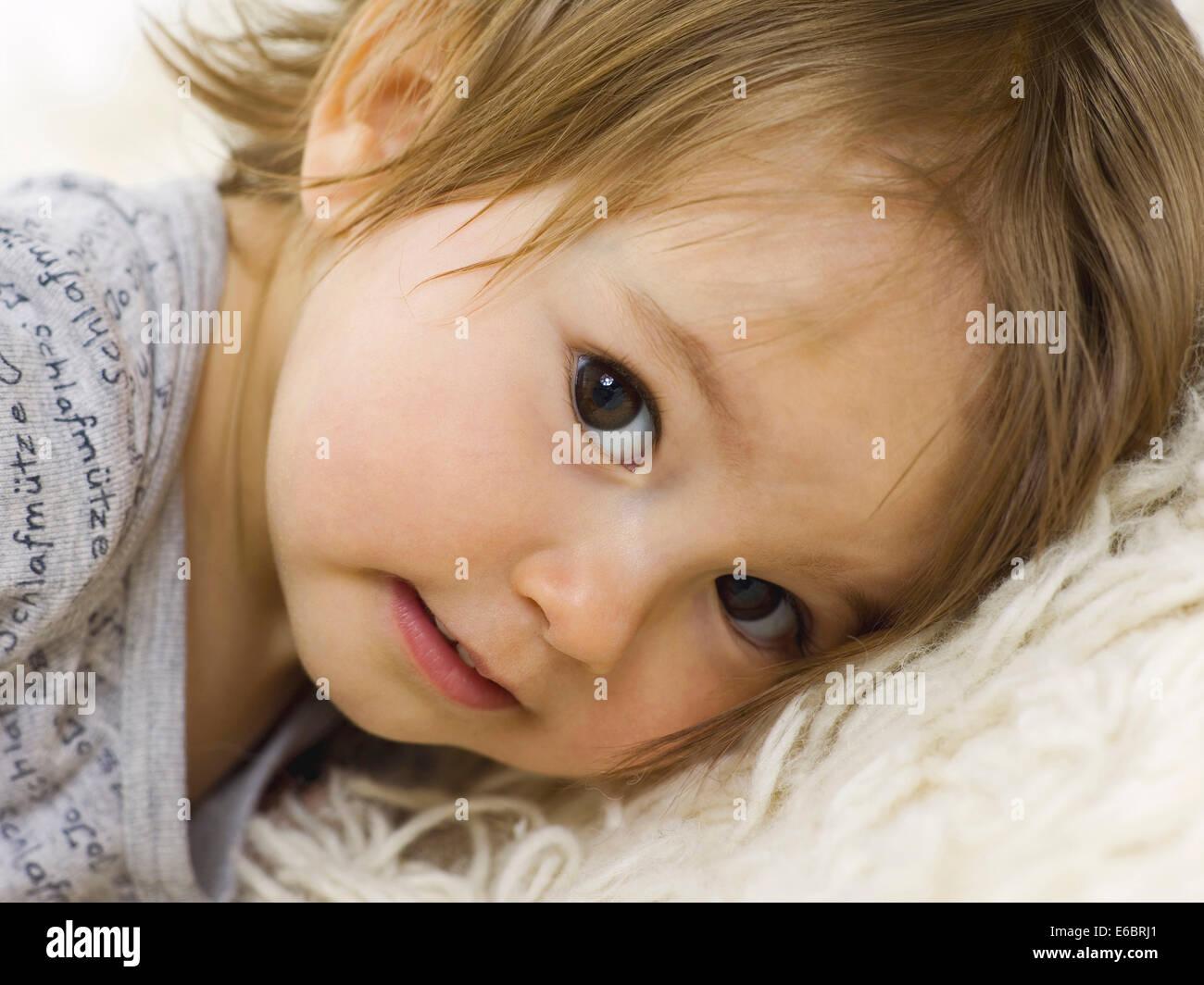 Il toddler,giacente,coccolare Immagini Stock