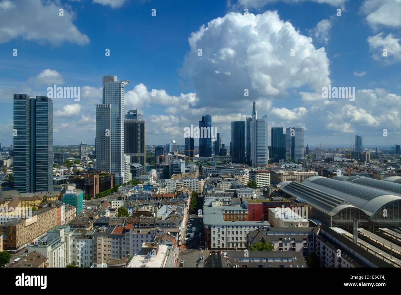 Skyline di Francoforte sotto un poco nuvoloso cielo, Germania Immagini Stock
