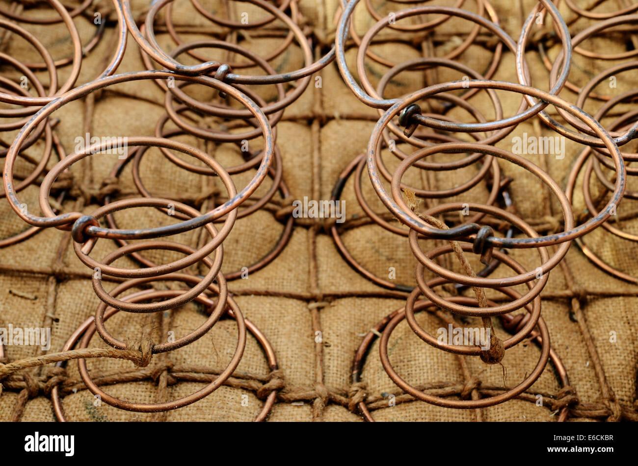 Molle di mobili all'interno della vecchia sedia, orizzontale Immagini Stock