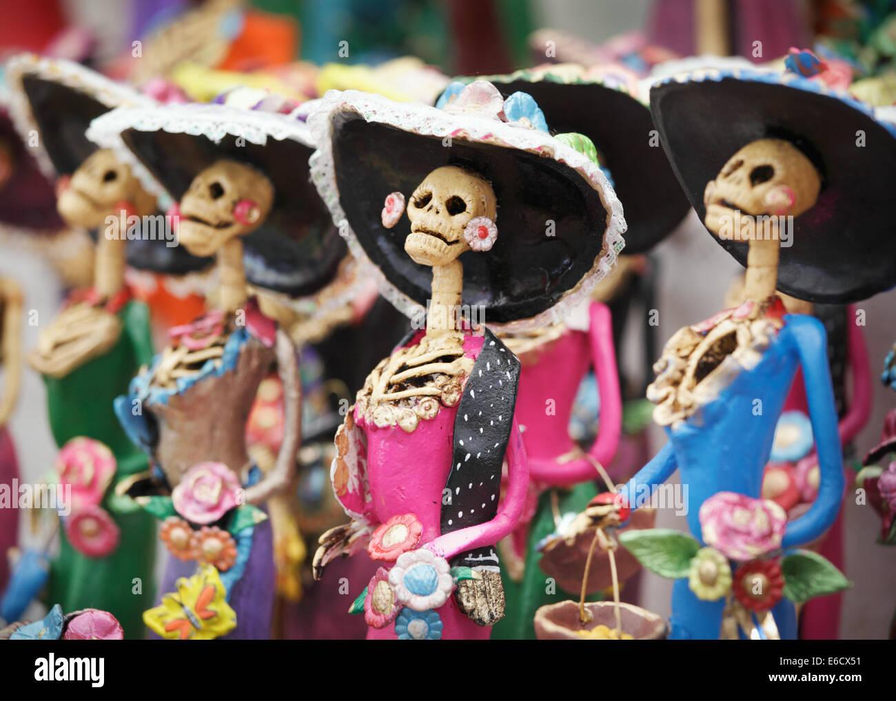 Un catrina vestito in rosa durante il giorno dei morti le feste in un mercato in Patzcuaro Michoacan,, Messico Foto Stock