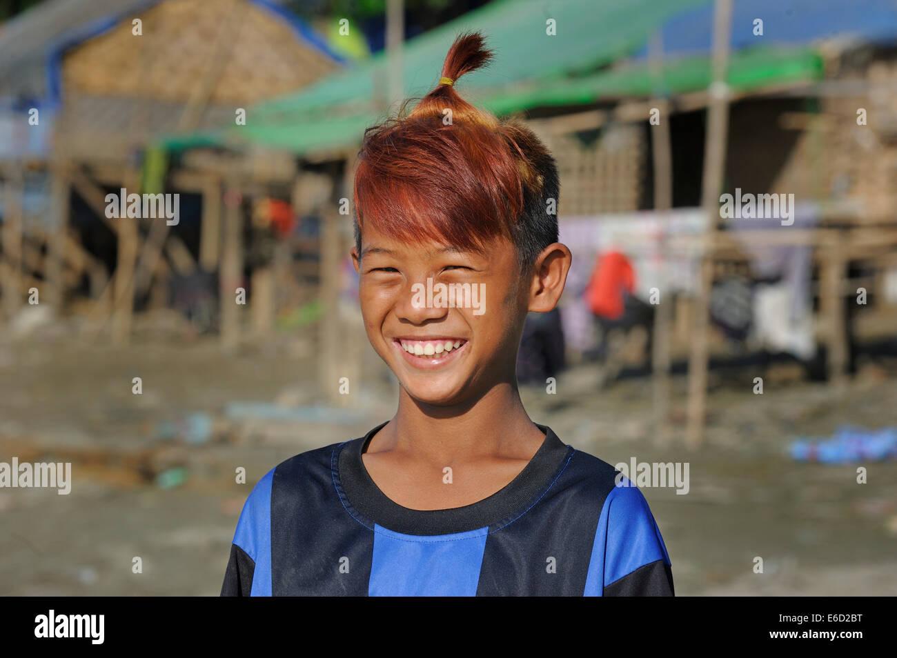 Da ragazzo la baraccopoli con capelli tinti e acconciatura alla moda, Irrawaddy, Mandalay Mandalay distretto, Myanmar Immagini Stock