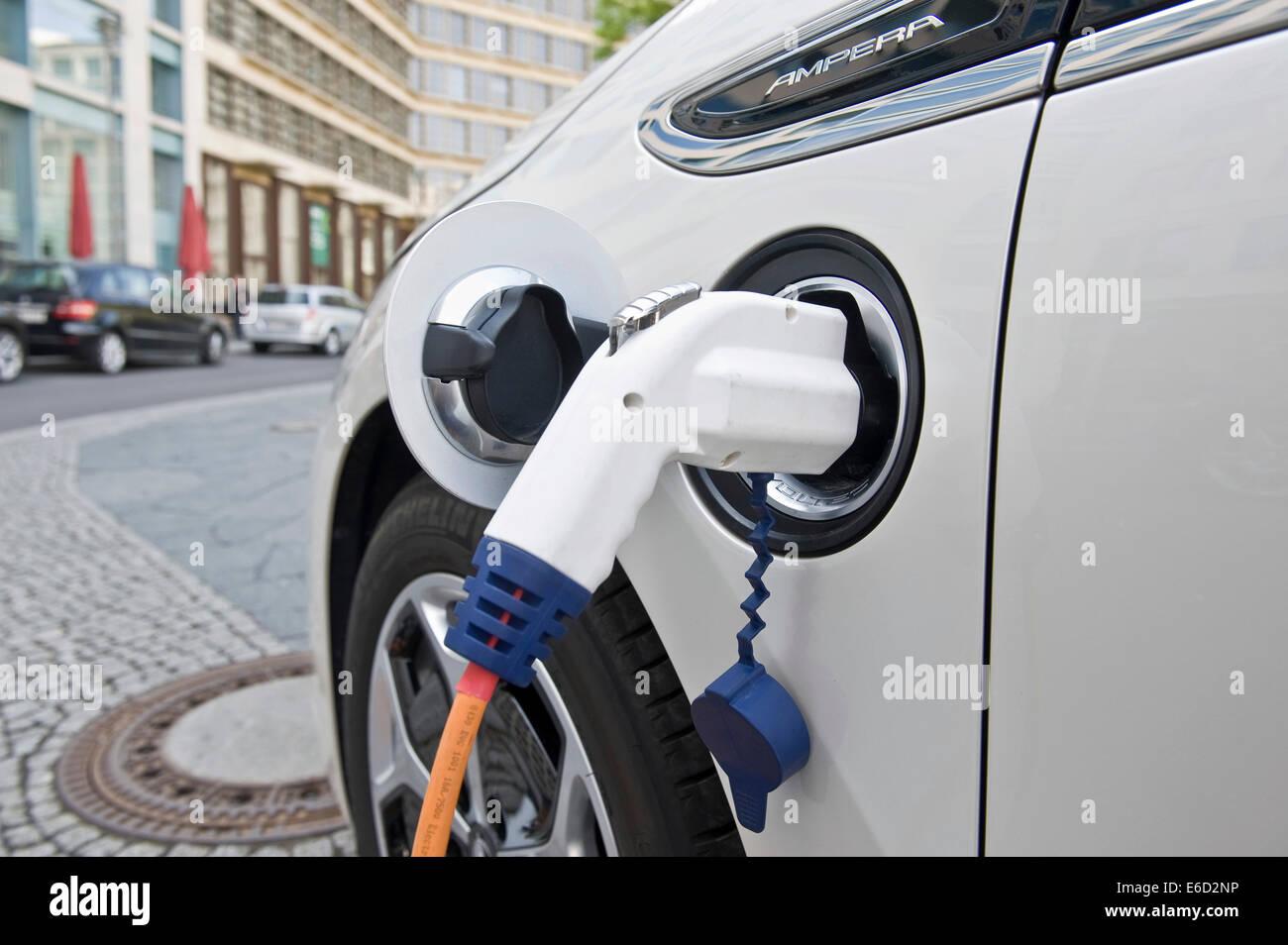 Auto elettrica, Opel Ampera, in corrispondenza di una stazione di carica, Berlino, Germania Immagini Stock