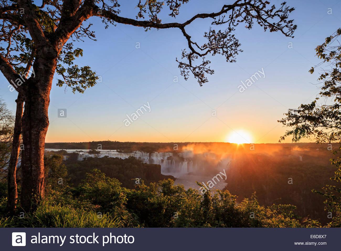Sud America, Brasile, Parana, Parco Nazionale di Iguazu, Iguazu Falls contro il sole di sera Immagini Stock