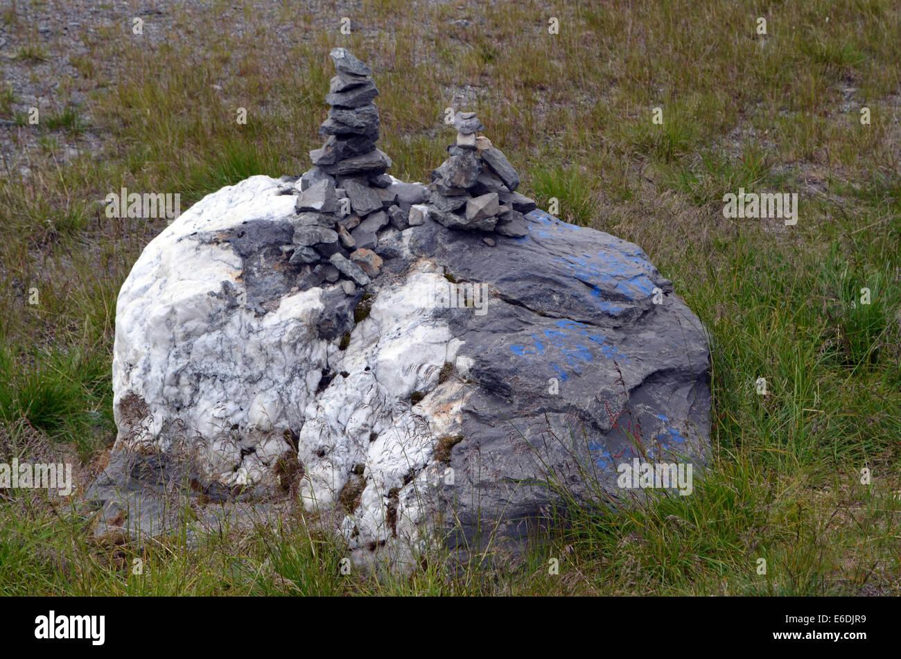 Un misterioso mucchio di pietre, ovviamente costruita a mano che sembra essere una tradizione Sami. Essi si trovano Immagini Stock