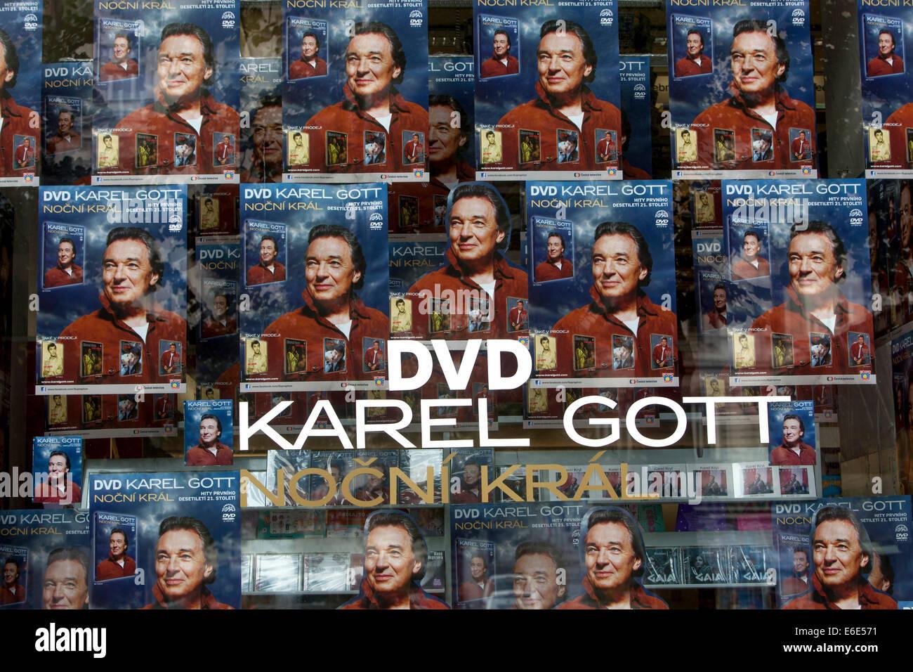 Finestra del negozio con la pubblicità sulla nuova cantante DVD Karel Gott, Wenceslas Square,praga,Repubblica Immagini Stock