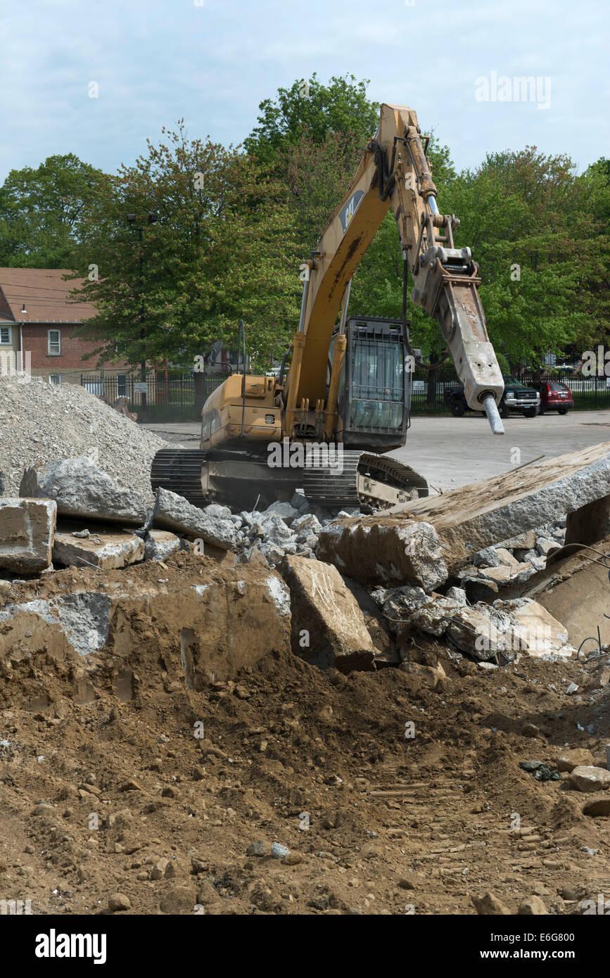 Escavatore con martello facendo lavori di demolizione su edificio per uffici a Norwalk, CT. Immagini Stock