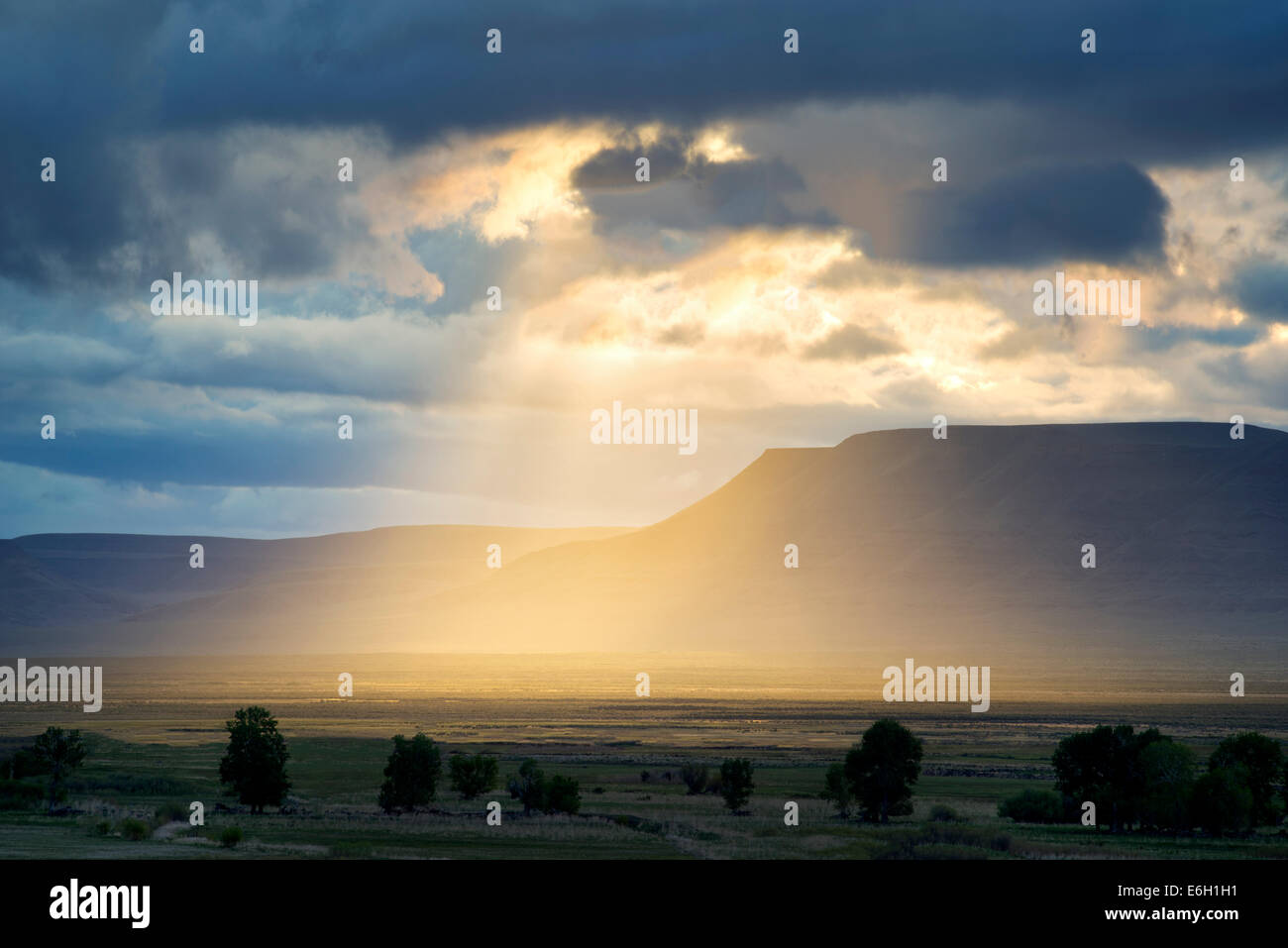 Sunburst attraverso le nuvole in Harney County, Oregon. Foto Stock
